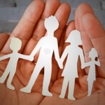 Feuille de papier découpée représentant les membres d'une famille
