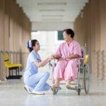 Personne âgée en chaise roulante avec une infirmière
