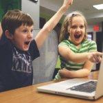 Deux enfants qui jouent à l'ordinateur